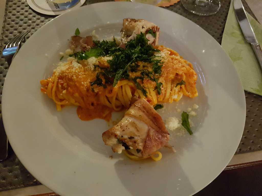 Hähnchenroulade im Schinkenspeckmantel, gefüllt mit Frischkäse, getrockneten Tomaten und Rucola dazu geschwenkte Tagliatelle mit hausgemachtem Grill-Paprika-Pesto für 13,20 €