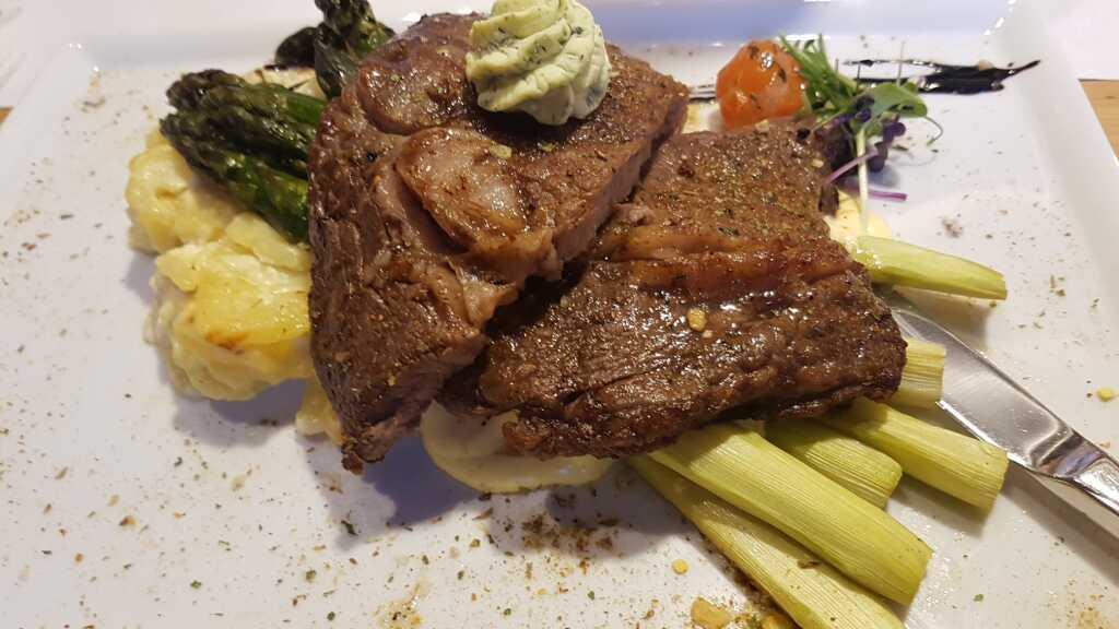 Entrecote vom Rind mit grünem Spargel und Kartoffelgratin