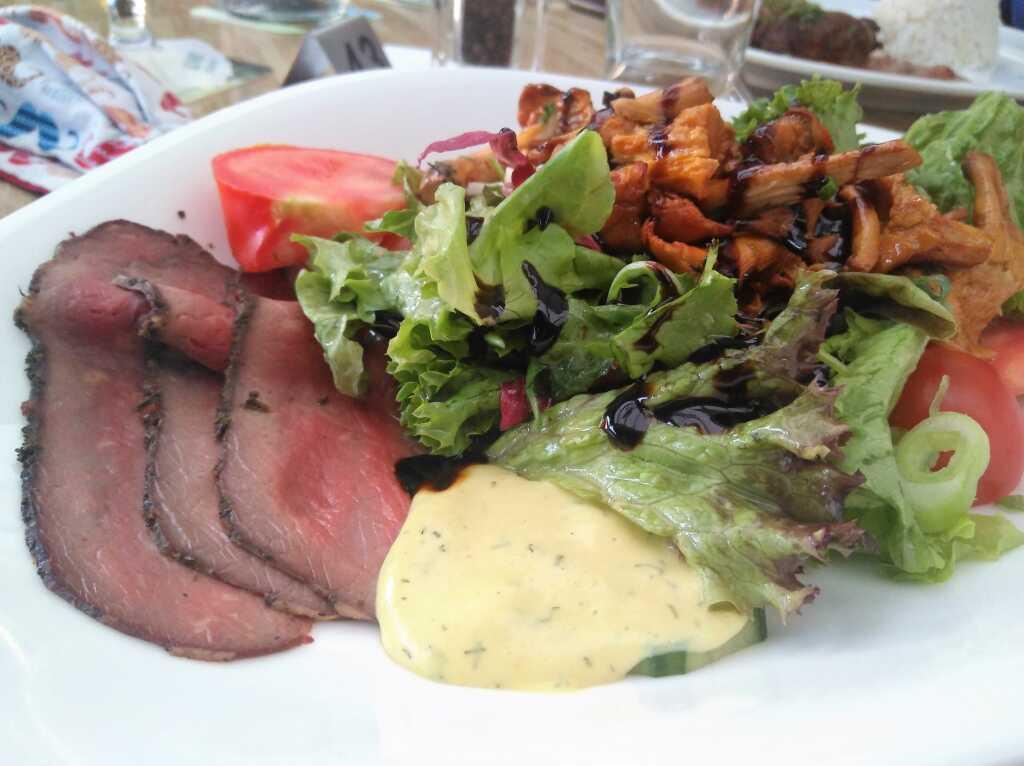 Saison-Salat mit Pfifferlingen und Roastbeef