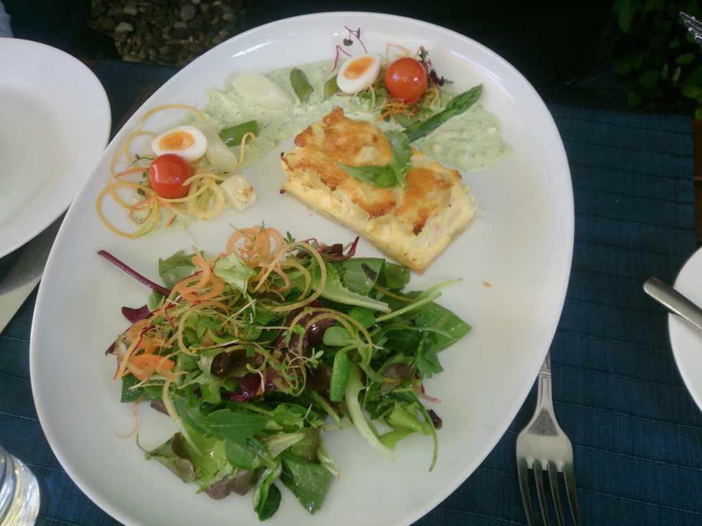 Spargelquiche mit Frühlingssalaten (halbe Portion)