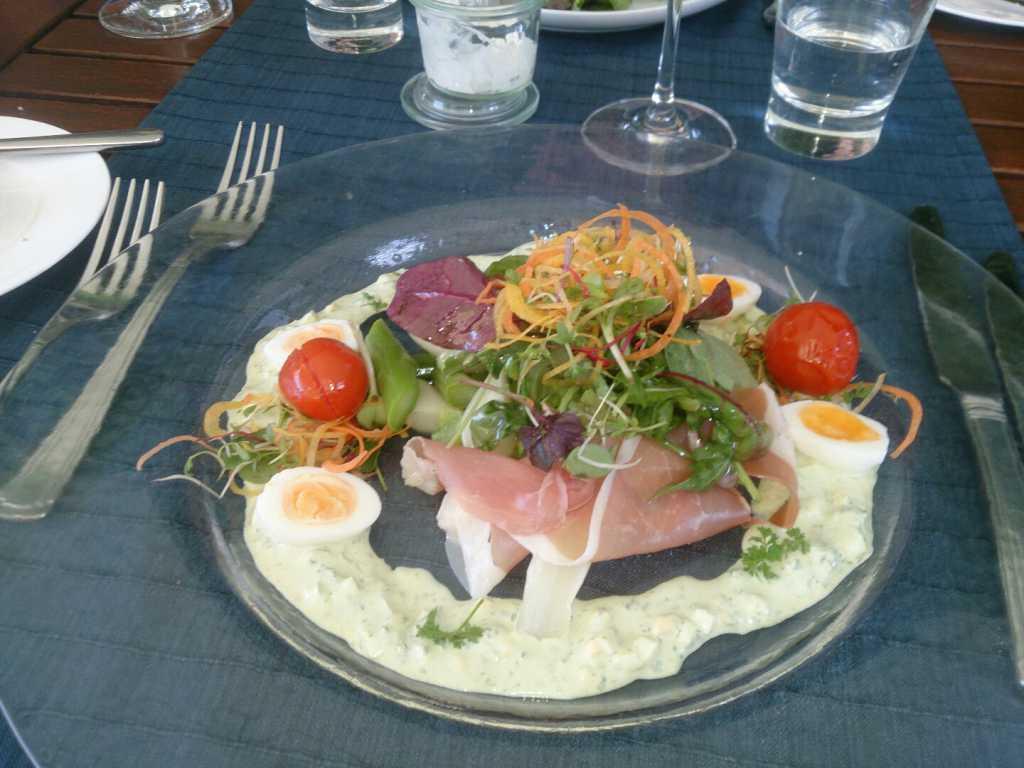Spargelsalat mit Parmaschinken, grüner Soße und Ei