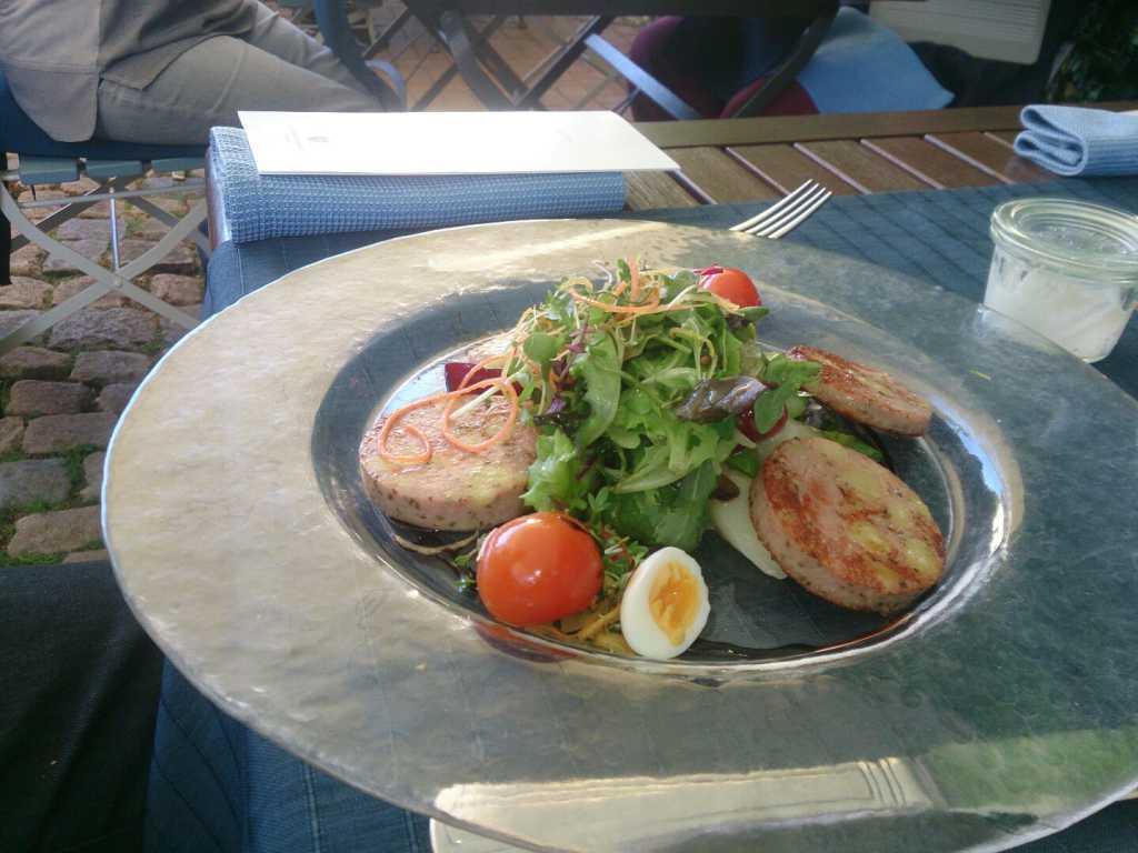 Saumagen mit Spargel-Erbeer-Salat