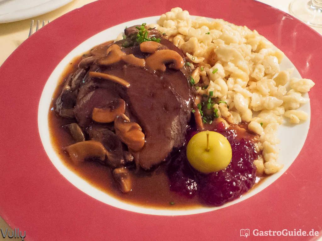 In Rotwein eingelegter Wildschweinbraten mit Pilzsauce, Blaukraut und hausgemachten Spätzle