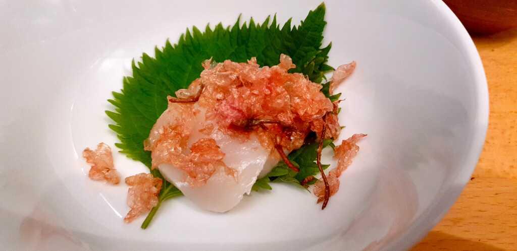 hotate-gai mit frittierten sakura