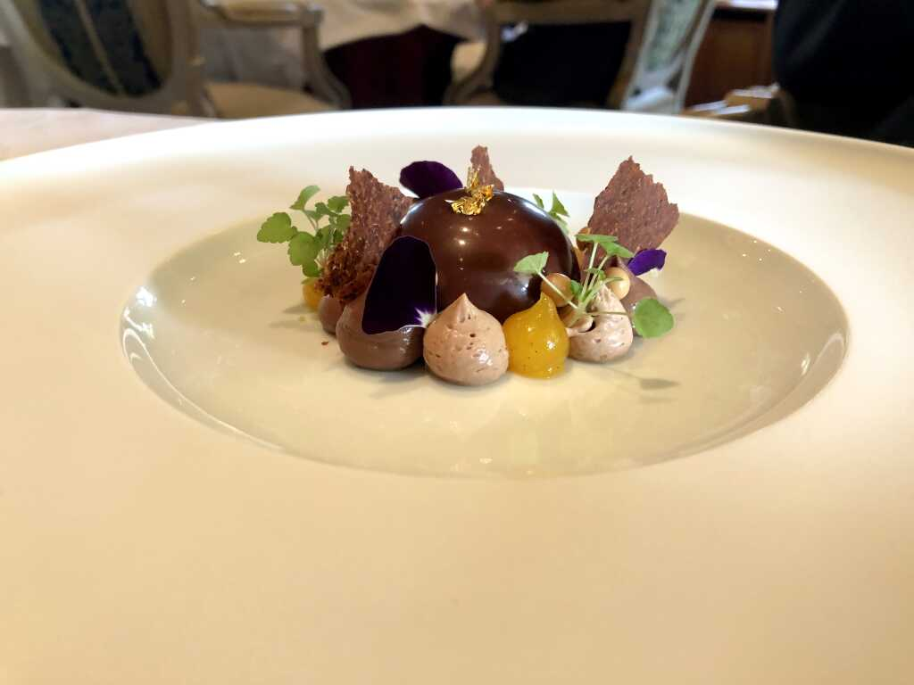 Zartbitter-Schokoladen-Törtchen mit Ananas, Sablé und Jivara-Chantilly