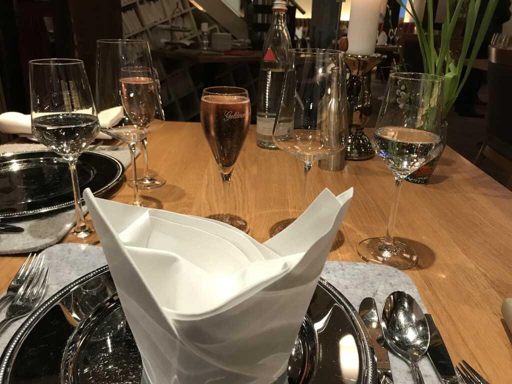 eingedeckter Tisch mit Aperitiv