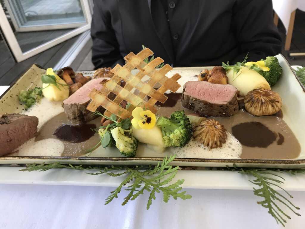 Mangaltizaschweinefilet im Pilz-Wald mit gebranntem Broccoli und Kartoffelpüree