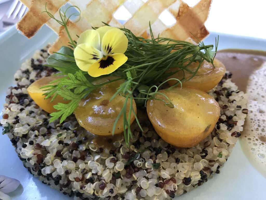bunter Quinoa mit gelben Kirschtomaten