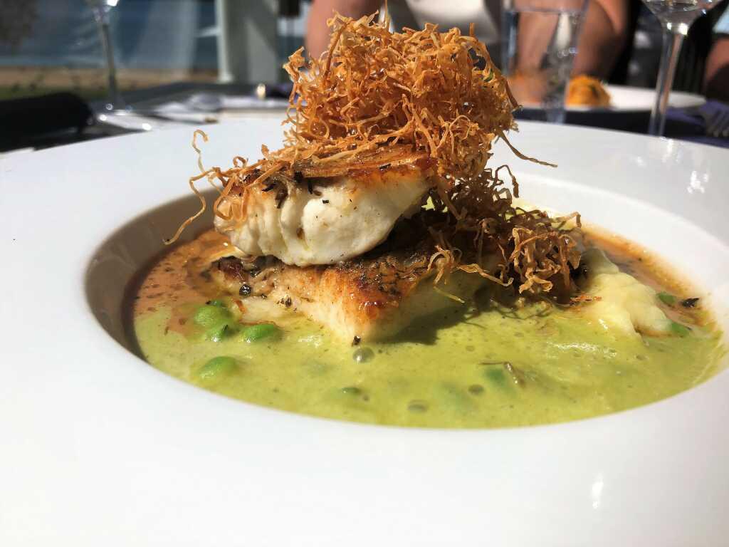 Kross gebratene Meeräsche mit süßen Erbsen und Wasabischaum