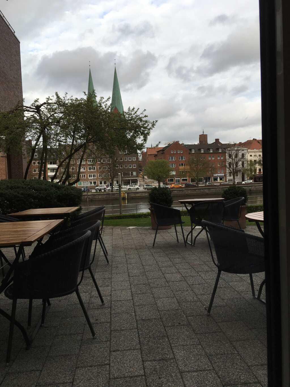 Der Blick über die Trave auf die Lübecker Altstadt mit der Marienkirche.