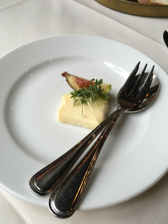 Gruß aus der Küche: Eingelegter Brie mit Feige.