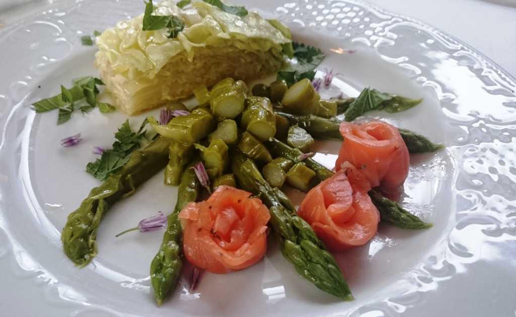 Salat mit grünem Spargel und Kopfsalatherzen,gebeizte Lachsforelle