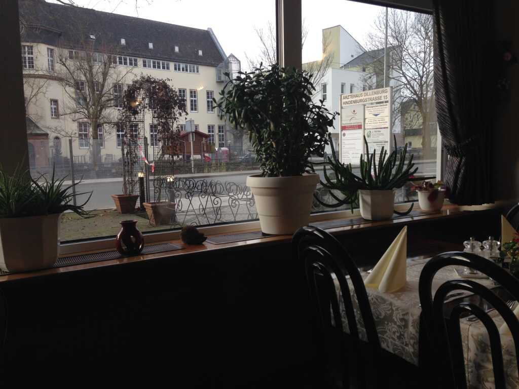 Blick aus dem Fenster auf die imposante Grundschule