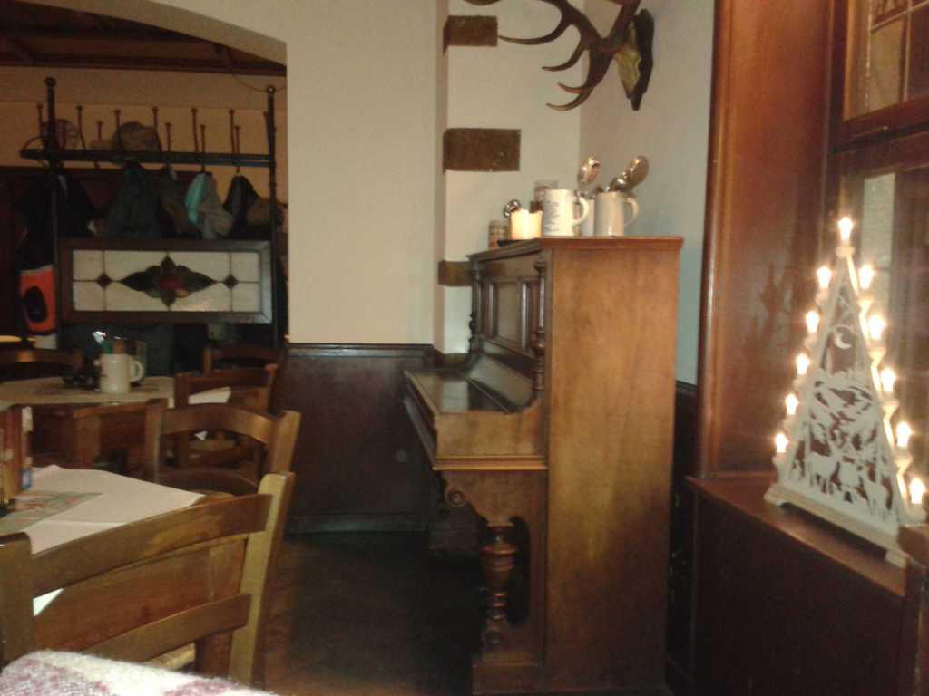 Gastraum mit altem Klavier