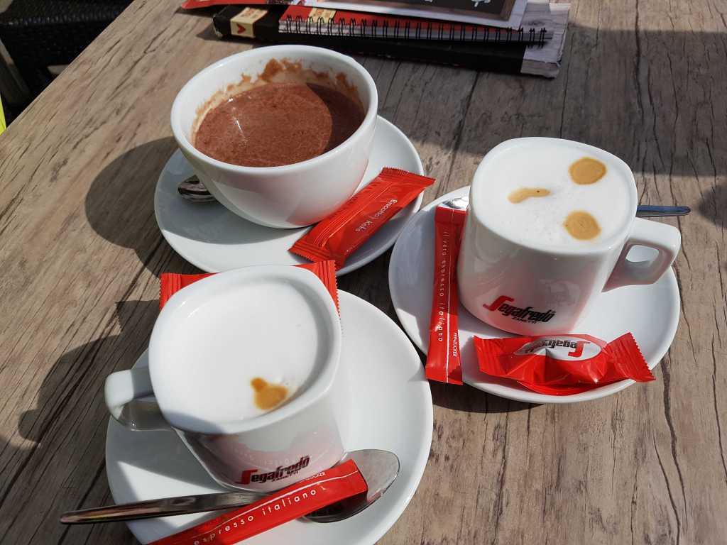 Cappuccino für 2,80 €, ein Marzipan Cappuccino für 3,40 € sowie eine Nougat Trinkschokolade für 4,20 €