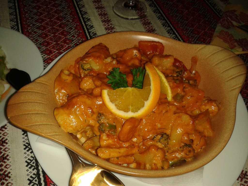 Ukrainischen Hähnchentopf mit bunten Paprika-und Kartoffelstücken in einer Kräuterrahmsoße