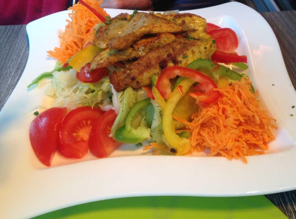 Curry-Fisch mit Salat