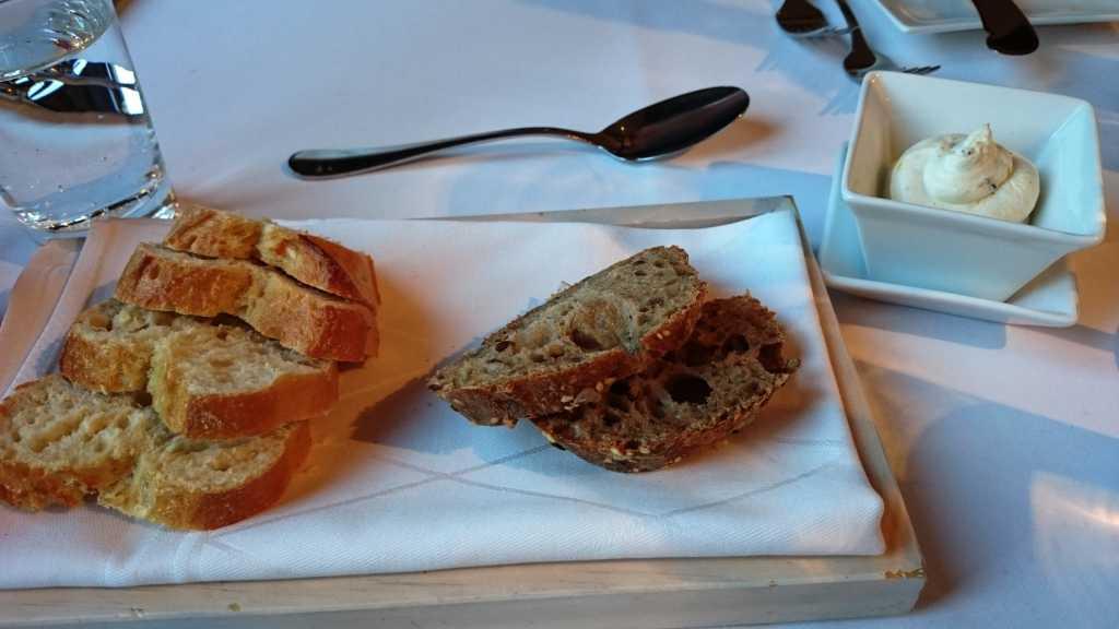 2erlei Brot, Sahnemousse mit Zitrone und frischem Olivenkraut