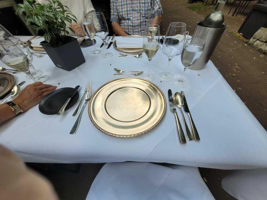 eigedeckter Tisch außen