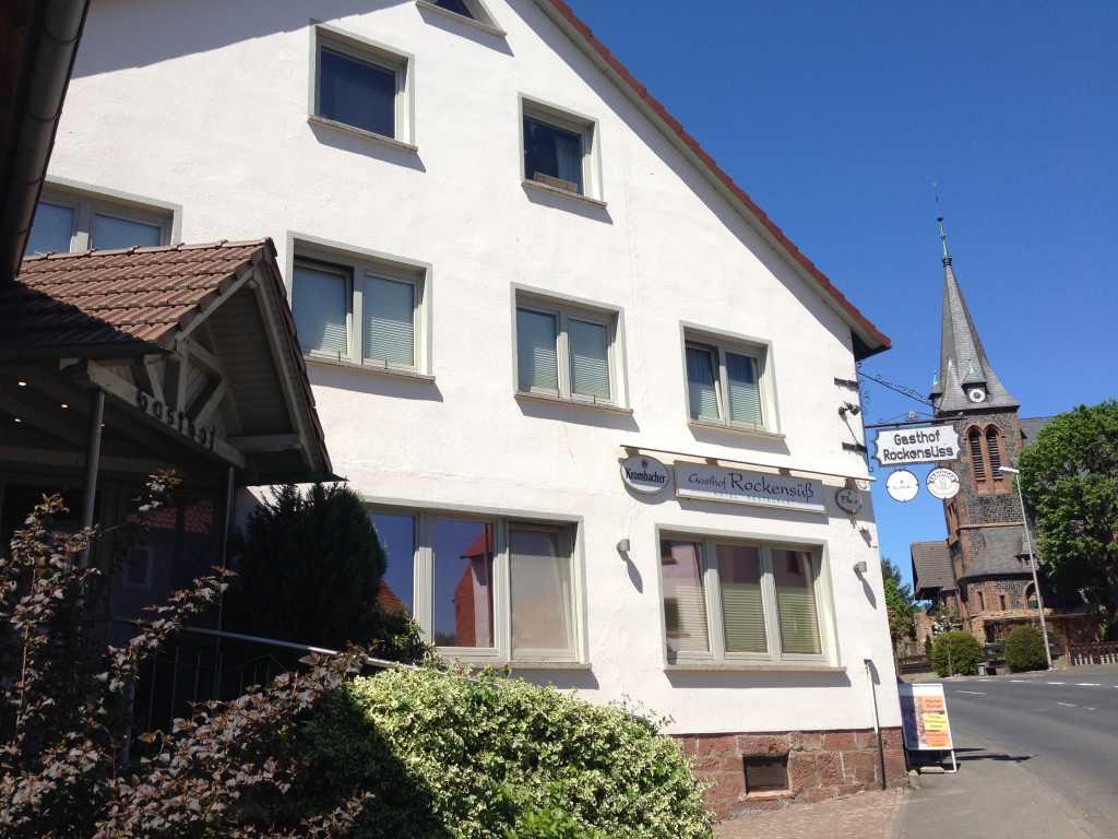 Eingang Gasthof Rockensüß mit Blick auf die Kirche