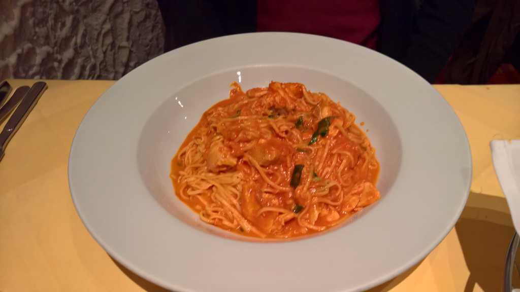 """Taglierini al Salmone"""". Hausgemachte, sehr schmale Eiernudeln mit frischem Lachs, Tomaten und Sahnesauce für 8,50 €"""