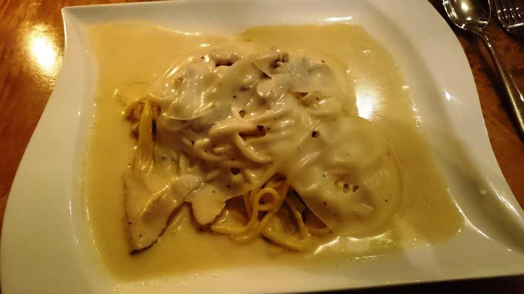 Hausgemachte Spaghetti mit Steinpilzen und Trüffelkäsescheiben