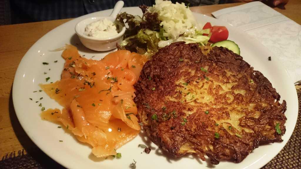 Hausgeräuchter Lachs, Rösti, Salat, Sahne-Meerrettich