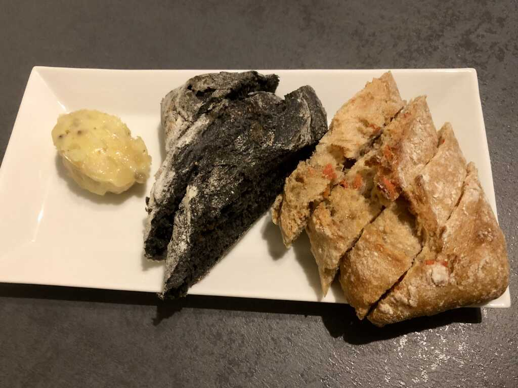Kleine Brotauswahl: Karotte-Ingwer & Sepia mit Gänseschmalz