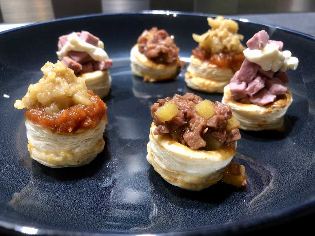 Fingerfood - 3 kleine Königinnen-Pasteten: Geräucherte Entenbrust, Parmesan & Limone ~ Tomatenkompott & Auberginentartar ~ Kalbsbäckchen-Ragout & Kartoffelwürfel