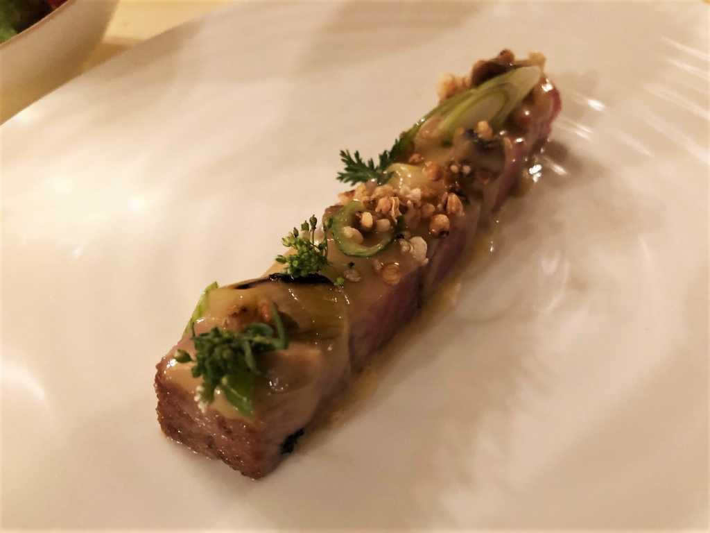 Filets vom roten Thunfisch kurz angebraten mit Zitrus-Schaum und gegrillten Frühlingszwiebeln