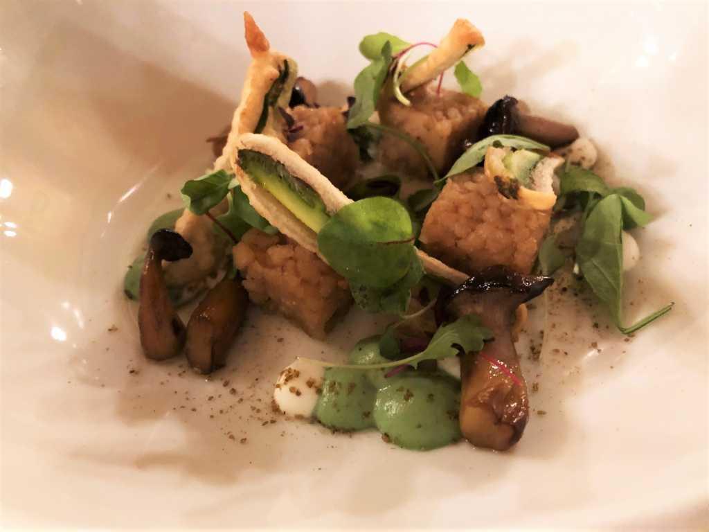 Gepresster Couscous und grüner Spargel-Krapfen mit Nanah Minz-Joghurt und gebratenen Kräuterseitlingen