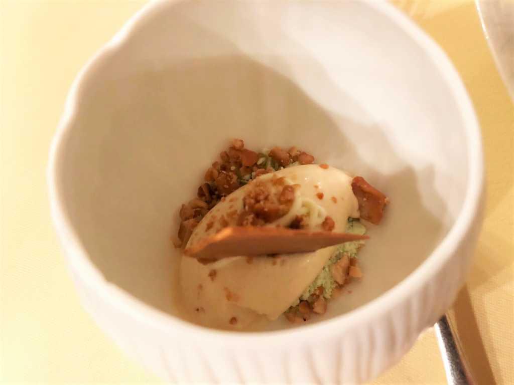Sesam Erdnussbutter-Eis mit Wasabi-Ganache und -Puder