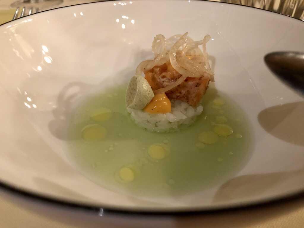 Amuse Bouche: Lachs-Sashimi auf Sushi-Reis