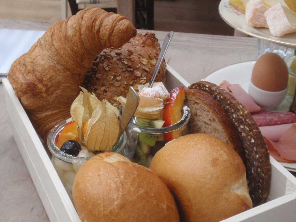 Brot und Obstsalat