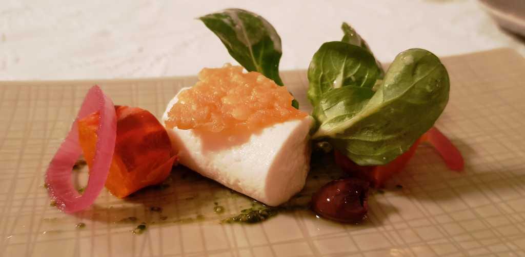Parmesanmousse, knuspriger Parmesanchip, gerösteter Kürbis