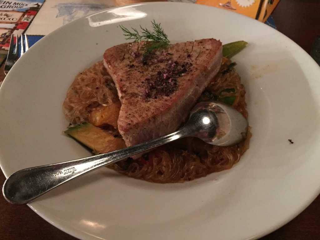 gebratenes Thunfischsteak mariniert mit Yakitorisoße, dazu Glasnudelsalat mit Zucchini, Paprika, Zuckerschoten, Pak-Choi, Mungobohnensprossen, Ingwer und Sesam