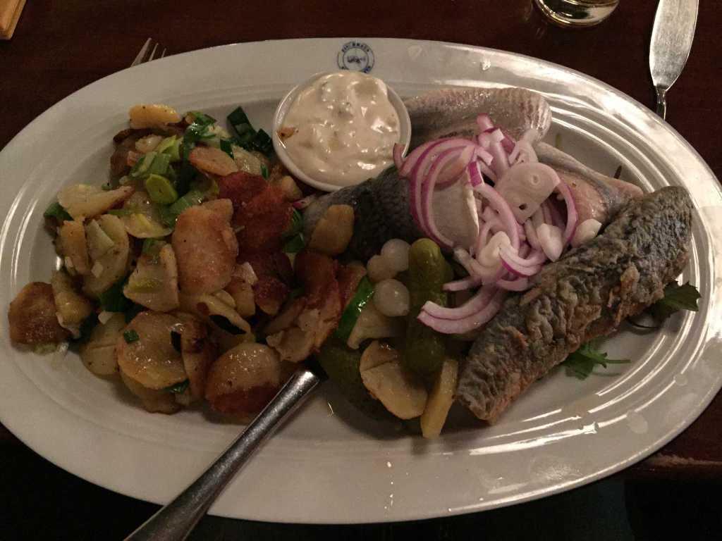 """""""Fischhausteller"""" mit Matjesfilet, Bratheringsfilet und Bismarckhering aus eigener Herstellung, mit Bratkartoffeln, hausgemachter Remouladensoße und saurem Gemüse"""