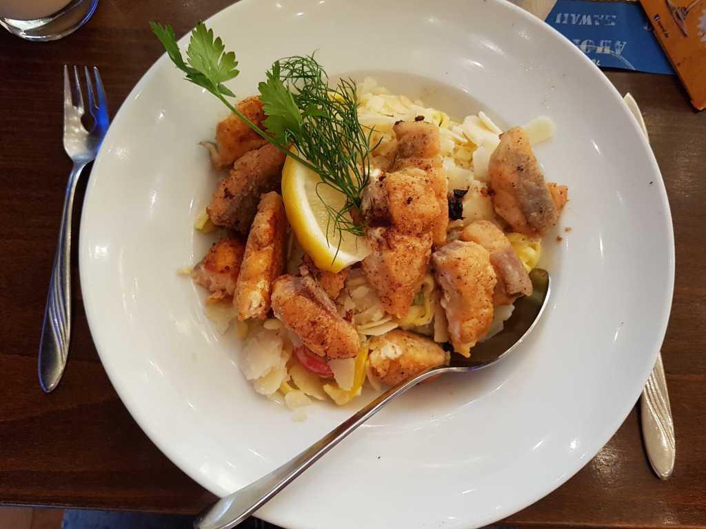 Lachsfilet gebraten, auf Knoblauchrahmspinat und frischen Tagliarini für 15,70 €