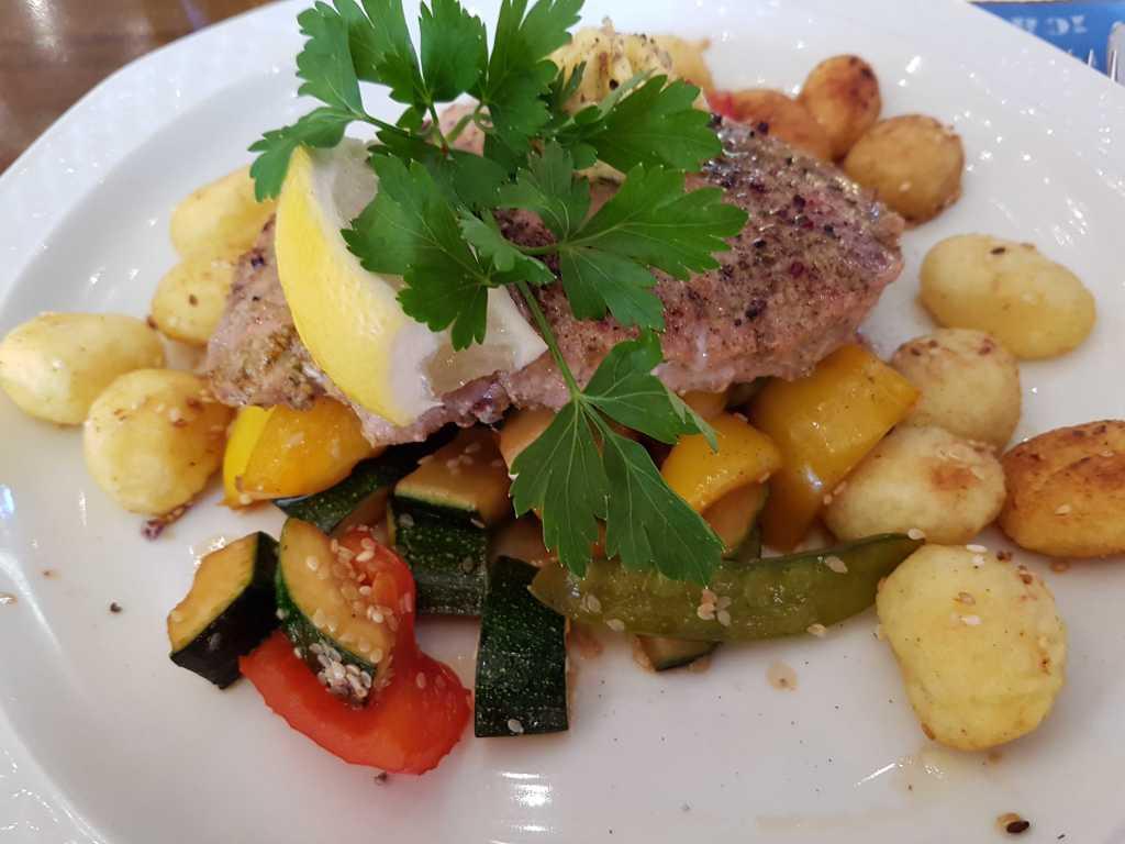 Thunfischsteak gebraten, mariniert mit Yakitorisoße, dazu Grillgemüse und Sesamgnocchis für eigentlich 22,50 €