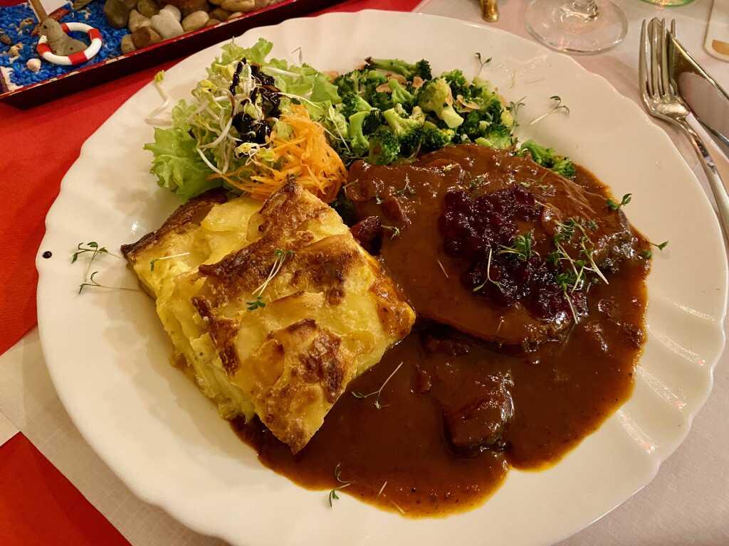 """Elchbraten """"Yukon"""" mit Cranberrysauce, Mandelbroccoli und Kartoffelgratin"""