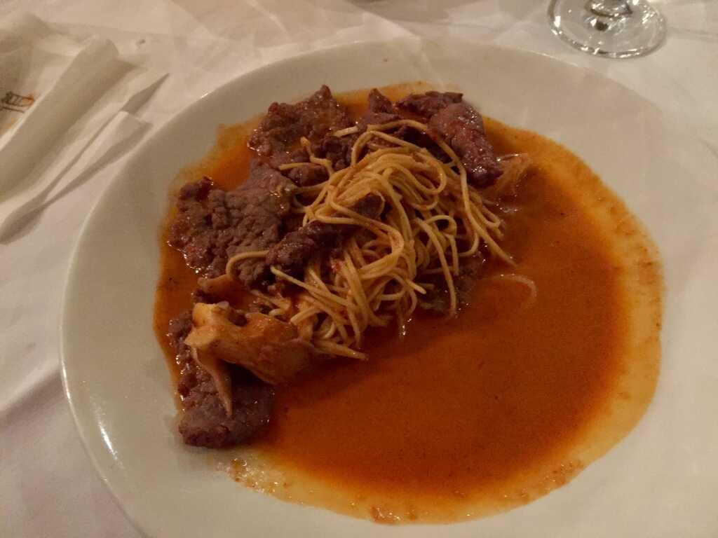 Lamm- und Rindfleisch, Glasnudeln, Austernpilze, Thai-Curry-Sauce