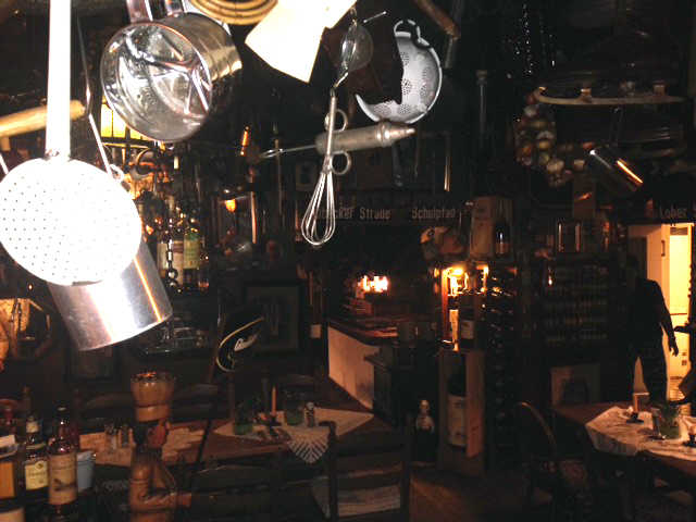 Gasstube mit offenem Holzkohlengrill