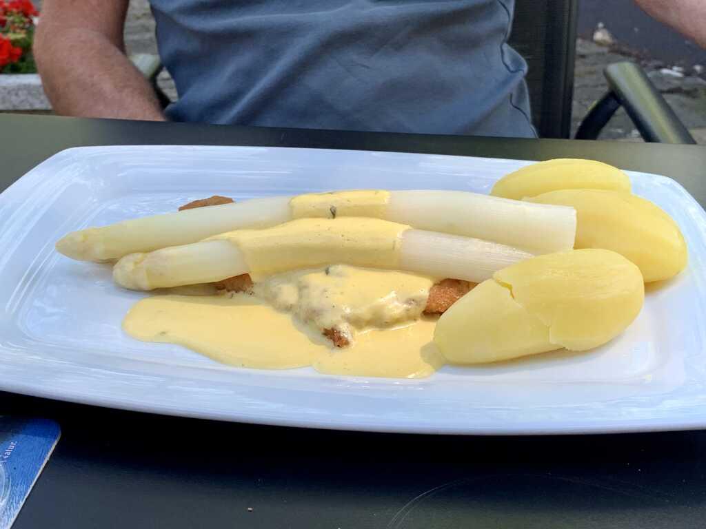 Spargel mit hausgemachter Hollandaise und Mandelschnitzel