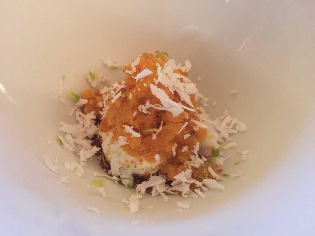 Pré-Dessert: Passionsfrucht-Granité, Pandanschaum, Kokosnuss