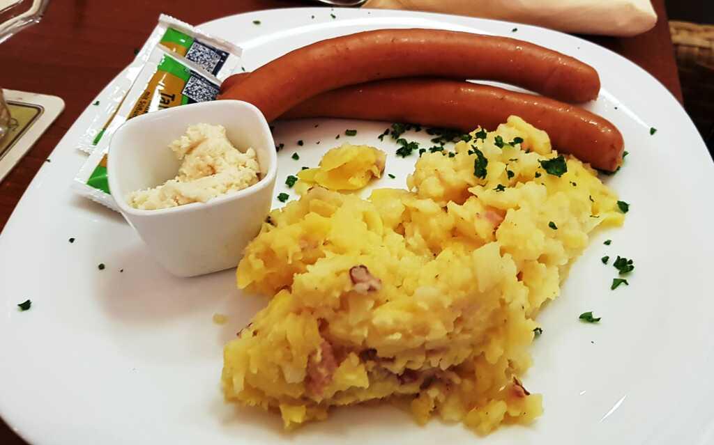 Wienerle, Senf, Meerrettich, Kartoffelsalat