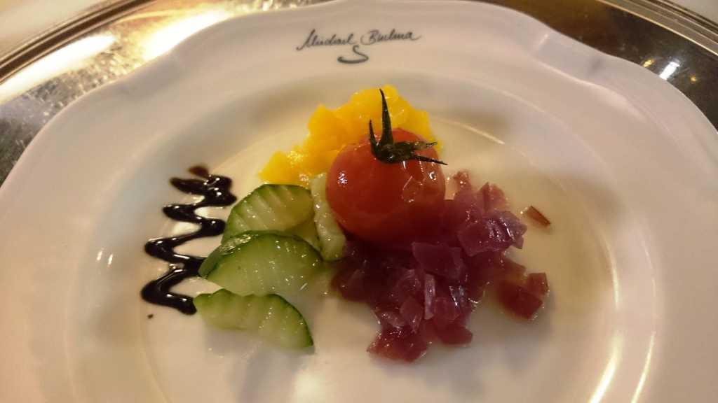 Amuse: Gurke, rote Zwiebel, Tomate, gelbe Paprika