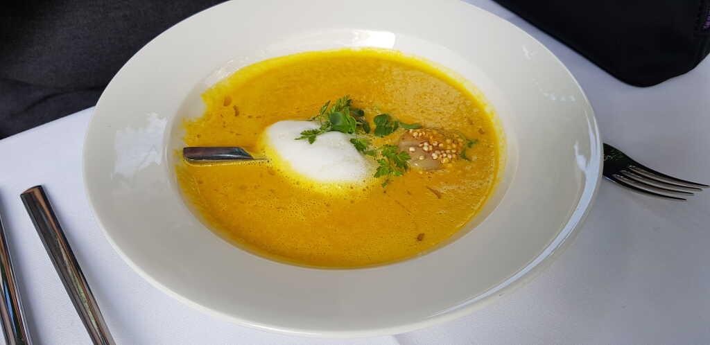 Karotten-Mango-Kokos-Suppe mit gebratener Jakobsmuschel