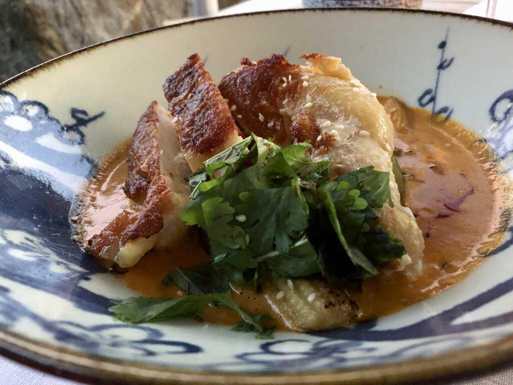 Rotes Thai-Curry mit gebratener Poulardenbrust vom Hofgut Silva, Asia-Gemüse und Jasmin-Reis, frischem Koriander & Minze
