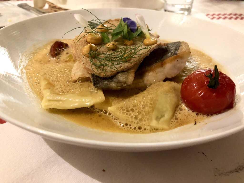 Gegrillter Loup de Mer mit Lauchgemüse, kleinen Ratatouille-Maultaschen im Bouillabaisse Sud, dazu Brot-Chips, Safran Mayonnaise und Dill