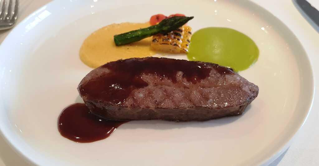 Schulter vom Wagyurind – Kräuterbutterhollandaise – cremige Polenta- Grillgemüse